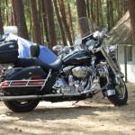 kempingowanie z motocyklem w tle
